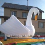 надувной лебедь, уличные декорации