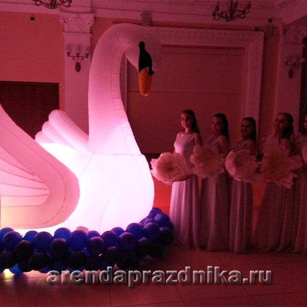 надувной лебедь, шары на свадьбу, свадебные украшения, декорации на свадьбу, фотозона на свадьбу